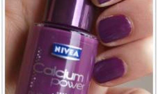 Des ongles violets, oui mais en total look, non!
