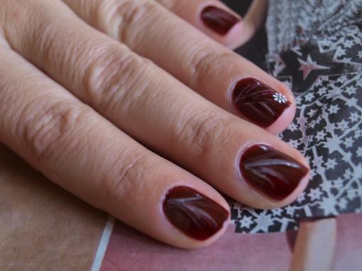 P1011080 510x382 Le défi manucure du mois : tiges nacrées sur vernis rouge foncé