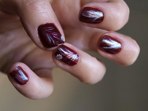 P1011101 510x382 Le défi manucure du mois : tiges nacrées sur vernis rouge foncé