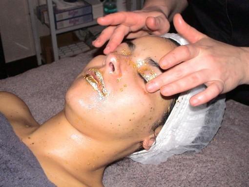 SkinGoldetape11 30ansenbeaute 510x382 La femme au masque dor ** À gagner 1 soin SkinGold 24 carats ! **