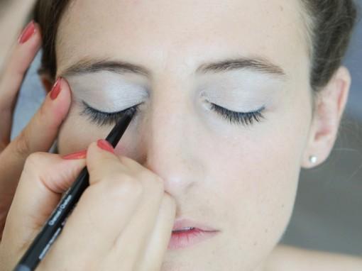 Maquillage mariee application eyeliner Revlon 30ansenbeaute 510x382 Jolis instants de préparation maquillage pour un mariage