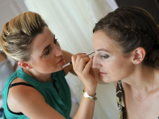 Maquillage mariee application fards Gosh 30ansenbeaute 510x382 Jolis instants de préparation maquillage pour un mariage
