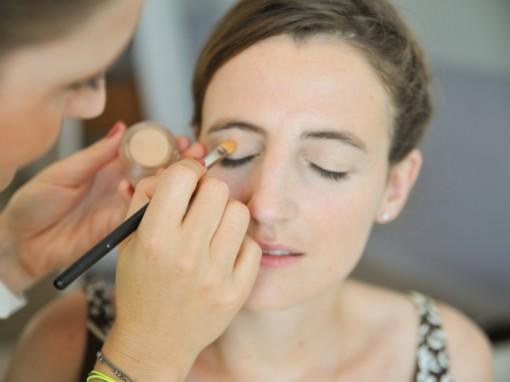 Maquillage mariee base yeux MAC 30ansenbeaute 510x382 Jolis instants de préparation maquillage pour un mariage