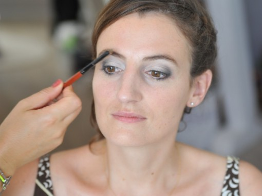 Maquillage mariee dessin sourcils 30ansenbeaute 510x382 Jolis instants de préparation maquillage pour un mariage