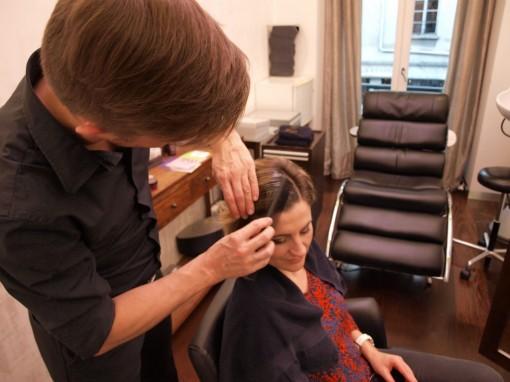 Tuto Coiffure fete feuilles dor 1 30ansenbeaute 510x382 Idée coiffure de fêtes n°1 : le maquillage des cheveux à la feuille dor