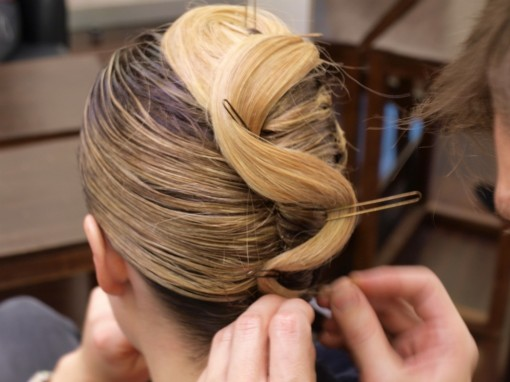 Tuto Coiffure fete feuilles dor 14 30ansenbeaute 510x382 Idée coiffure de fêtes n°1 : le maquillage des cheveux à la feuille dor