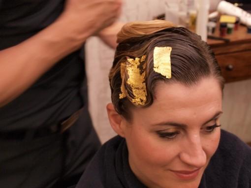 Tuto Coiffure fete feuilles dor 19 30ansenbeaute 510x382 Idée coiffure de fêtes n°1 : le maquillage des cheveux à la feuille dor