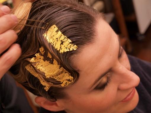 Tuto Coiffure fete feuilles dor 20 30ansenbeaute 510x382 Idée coiffure de fêtes n°1 : le maquillage des cheveux à la feuille dor