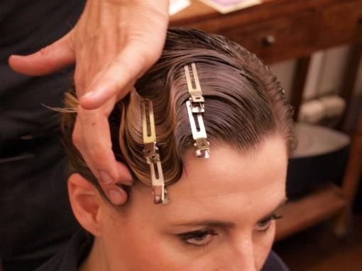 Tuto Coiffure fete feuilles dor 5 30ansenbeaute 510x382 Idée coiffure de fêtes n°1 : le maquillage des cheveux à la feuille dor