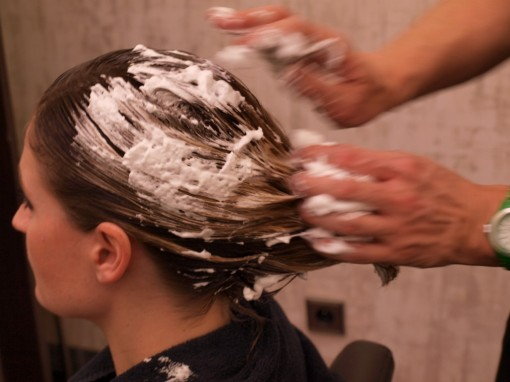 Tuto Coiffure fete feuilles dor 6 30ansenbeaute 510x382 Idée coiffure de fêtes n°1 : le maquillage des cheveux à la feuille dor