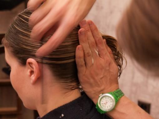 Tuto Coiffure fete feuilles dor 7 30ansenbeaute 510x382 Idée coiffure de fêtes n°1 : le maquillage des cheveux à la feuille dor