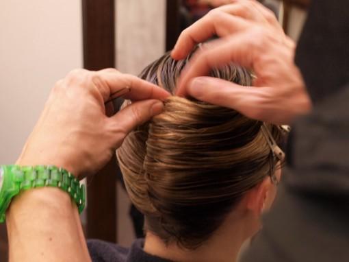Tuto Coiffure fete feuilles dor 9 30ansenbeaute 510x382 Idée coiffure de fêtes n°1 : le maquillage des cheveux à la feuille dor