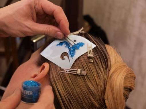 Tuto Coiffure fetes paillettes pochoir4 30ansenbeaute 510x382 Idée coiffure de fêtes n°2 : le tatouage avec un pochoir