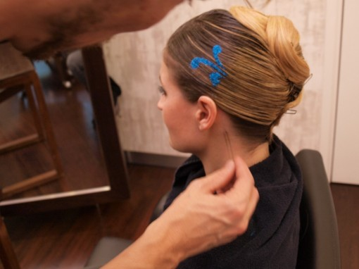 Tuto Coiffure fetes paillettes pochoir7 30ansenbeaute 510x382 Idée coiffure de fêtes n°2 : le tatouage avec un pochoir