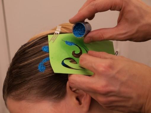 Tuto Coiffure fetes paillettes pochoir9 30ansenbeaute 510x382 Idée coiffure de fêtes n°2 : le tatouage avec un pochoir
