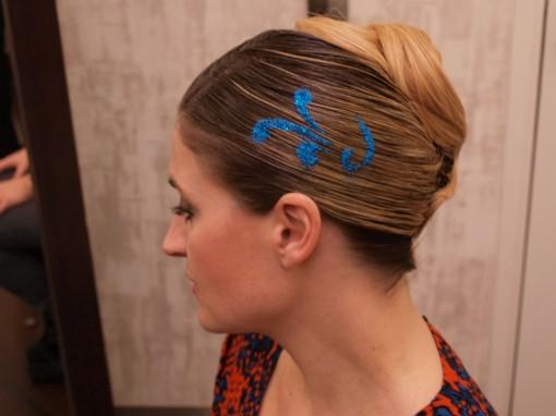 Tuto Coiffure fetes paillettes pochoirfin 30ansenbeaute 510x382 Idée coiffure de fêtes n°2 : le tatouage avec un pochoir