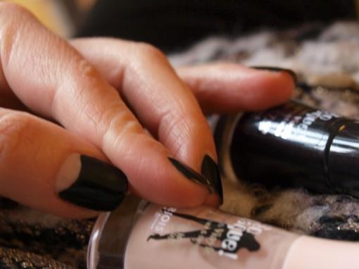 So Laque Bourjois Black White 30ansenbeaute 510x382 Voir le vernis en noir
