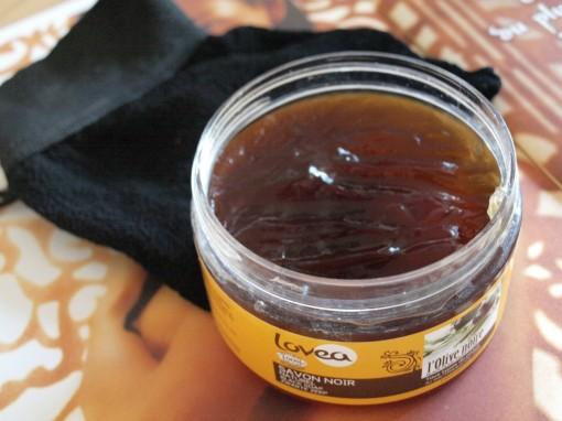 Savon noir naturel Lovea gant de gommage kessa 30ansenbeaute 510x382 Transformer sans scrupule sa salle de bains en hammam