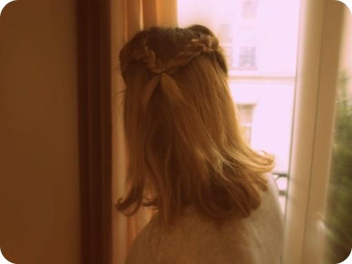 tresses coque coiffure tutoriel 30ansenbeaute1 510x382 Spécial Cannes : réaliser une coiffure avec raie au milieu + coque + tresses !